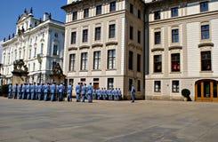 Ändra vakten Ceremony på den Prague slotten Royaltyfri Fotografi