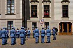 Ändra vakten Ceremony på den Prague slotten Royaltyfria Foton