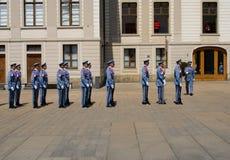 Ändra vakten Ceremony på den Prague slotten Arkivbilder