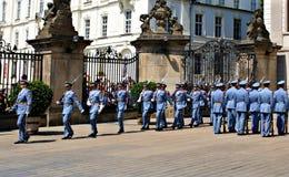 Ändra vakten Ceremony på den Prague slotten Arkivfoton
