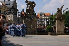 Ändra vakten Ceremony på den Prague slotten Royaltyfri Bild