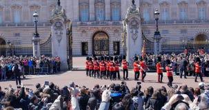 Ändra vakten på Buckingham Palace, London Ståta av vakter av drottningmarschen i likformig Arkivbilder