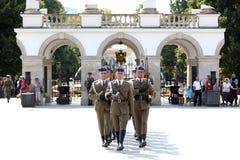 Ändra vakter vid gravvalvet av den okända soldaten royaltyfri bild