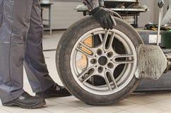 Ändrande bilgummihjul för mekaniker. Royaltyfri Foto