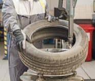 Ändrande bilgummihjul för mekaniker. Arkivfoton