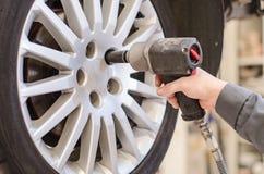 Ändrande bilhjul för mekaniker. Arkivfoton