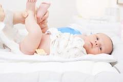 Ändrande blöja av ett nyfött Arkivbilder