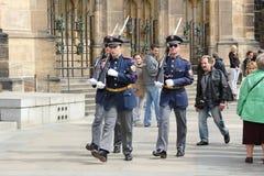 ändrande guard prague för slott royaltyfria foton