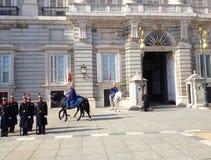 ändrande guard Royal Palace av Madrid är den officiella uppehållet av den spanska kungafamiljen, Madrid, Spanien arkivfoto