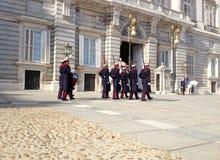 ändrande guard Royal Palace av Madrid är den officiella uppehållet av den spanska kungafamiljen, Madrid, Spanien arkivbild