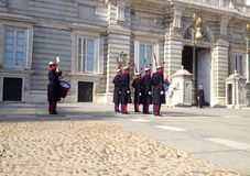 ändrande guard Royal Palace av Madrid är den officiella uppehållet av den spanska kungafamiljen, Madrid, Spanien royaltyfri bild