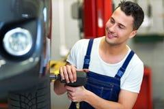 Ändrande gummihjul för bilmekaniker Fotografering för Bildbyråer