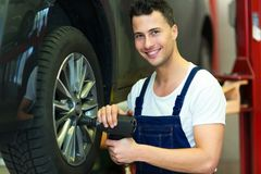 Ändrande gummihjul för bilmekaniker Royaltyfri Foto