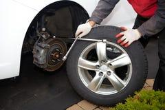 Ändrande gummihjul för bilmekaniker Royaltyfri Bild