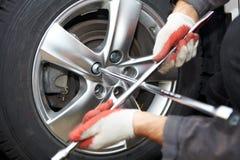 Ändrande gummihjul för bilmekaniker Royaltyfria Bilder