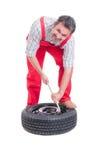 Ändrande gummihjul för mekaniker Royaltyfria Bilder