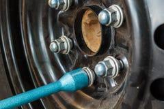Ändrande gummihjul med hjulskiftnyckeln Arkivfoton