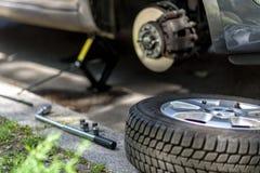 Ändrande gummihjul på en bil Arkivfoton