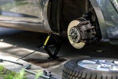 Ändrande gummihjul på en bil Royaltyfria Foton