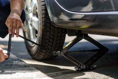 Ändrande gummihjul på en bil Arkivbilder