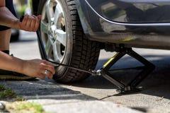 Ändrande gummihjul på en bil Royaltyfri Fotografi