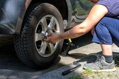 Ändrande gummihjul på en bil Fotografering för Bildbyråer