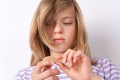 Ändrande hörapparatbatteri för flicka Fotografering för Bildbyråer