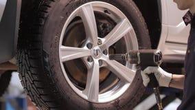 Ändrande hjul för man på en bil lager videofilmer