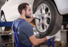 Ändrande hjul för ung mekaniker Royaltyfria Bilder