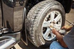 Ändrande hjul och broms på en bil vid stålar Fotografering för Bildbyråer