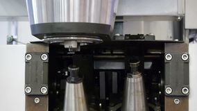 Ändrande huvudbonad för automatiserad drillborr stock video