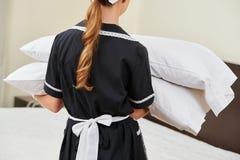 Ändrande kuddar för hembiträde under hushållning Royaltyfri Bild