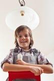 Ändrande lightbulb för pojke i taklampa Royaltyfria Foton