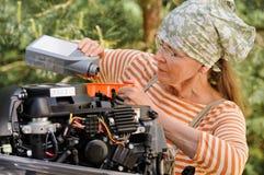 Ändrande motorolja för hög kvinna royaltyfri bild