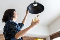 Ändrande rörljus för kvinna av henne Fotografering för Bildbyråer