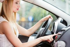 Ändrande radiostation för kvinna i hennes bil Royaltyfri Fotografi