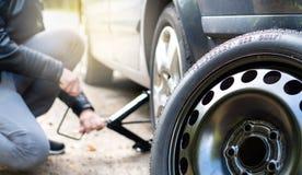 Ändrande reservdäck för chaufför efter olycka Arkivfoto