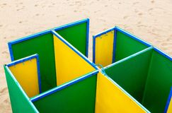 Ändrande rum för mångfärgad strand på den sandiga stranden Royaltyfri Foto