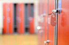Ändrande rum med metallskåp Royaltyfri Fotografi