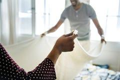 Ändrande sängark för svarta par tillsammans Fotografering för Bildbyråer