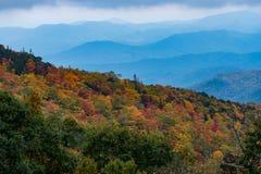 Ändrande sidor med lager av Appalachian berg Royaltyfri Foto