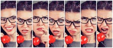 Ändrande sinnesrörelser för kvinna från lyckligt till ilsket, medan svara telefonen royaltyfria foton