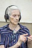 Ändrande spår för mormor på den moderna mini- musikspelaren Mormor chang Fotografering för Bildbyråer