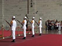 Ändrande vakt i medborgaren Chiang Kai-shek Memorial Hall royaltyfri fotografi