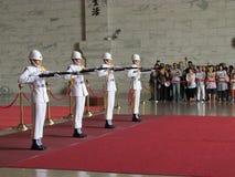 Ändrande vakt i medborgaren Chiang Kai-shek Memorial Hall arkivbilder