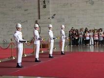 Ändrande vakt i medborgaren Chiang Kai-shek Memorial Hall fotografering för bildbyråer