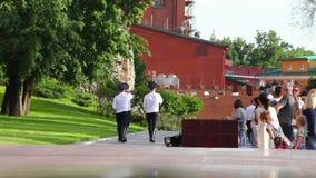 Ändrande vakter i Alexanders trädgårds- near eviga flamma i Moskva, Ryssland lager videofilmer