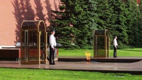Ändrande vakter i Alexanders trädgårds- near eviga flamma på Juli 11, 2015 i Moskva, Ryssland arkivfilmer
