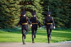 Ändrande vaktsoldater i Alexanders trädgårds- near eviga flamma Royaltyfria Bilder