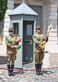 Ändring av den beväpnade vakten nära slotten av Sandor i Budapest royaltyfri foto